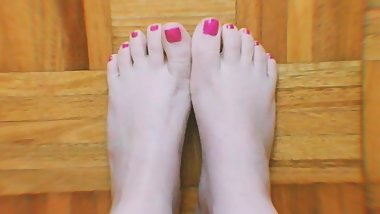 Beautiful young teen's sexy feet and wiggly toes ASMR