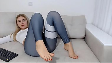 Thick camgirl with the sexiest suckable toes